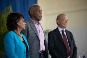 Danny Glover, au centre, à gauche l'Honorable Mme Maxine Waters et, à droite, Me Walter Riley.
